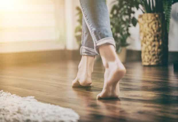 רגלים על רצפה מחוממת